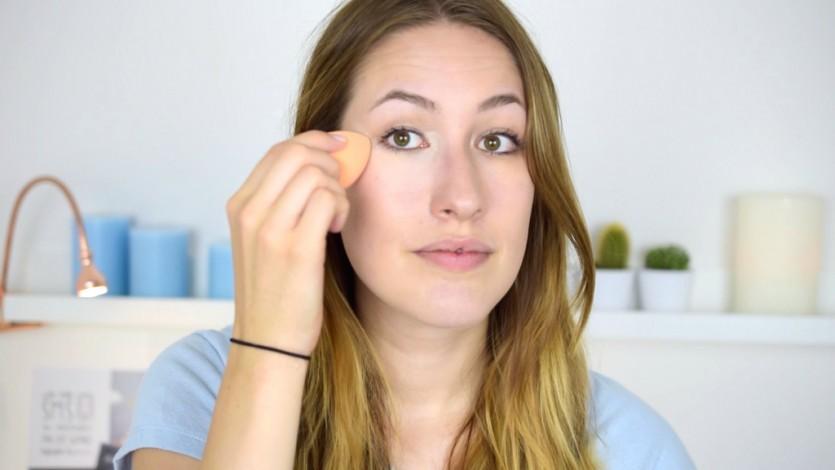 Concealer mit einem Makeup Schwämmchen auftragen