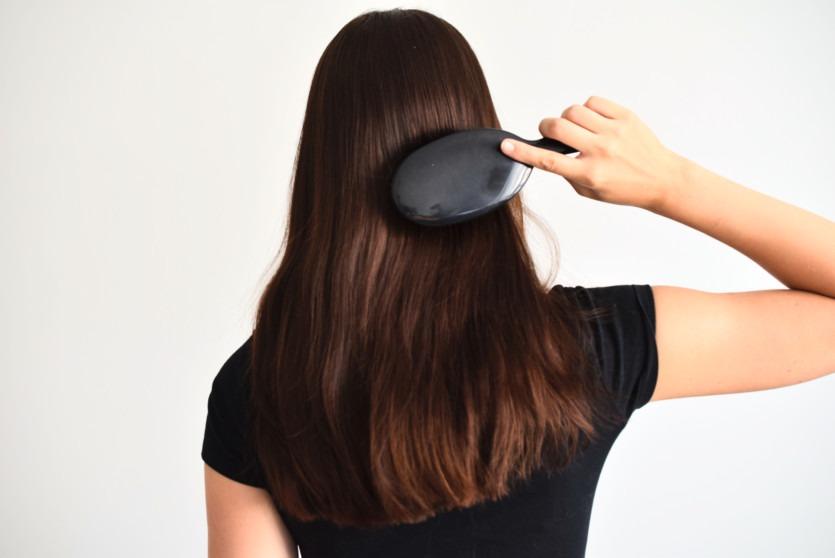 So reinigst du deine Haarbürste